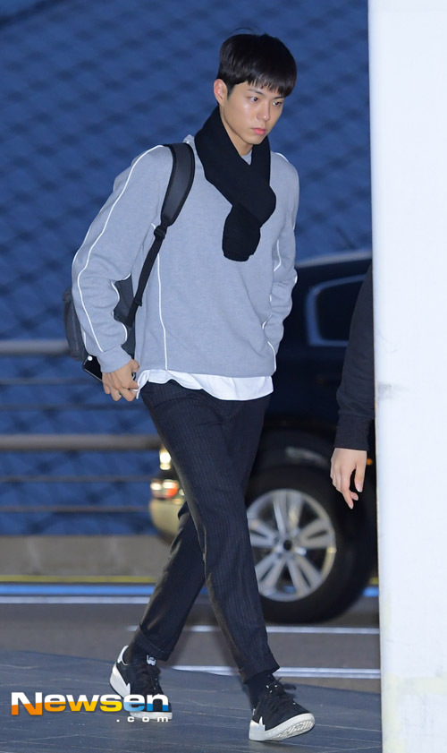 park-bo-gum-october-airport-fashion-02-drama-chronicles