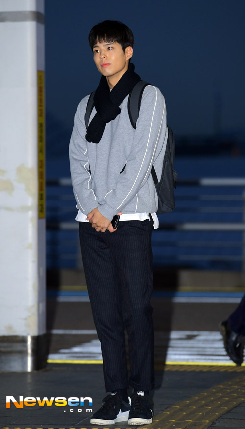 park-bo-gum-october-airport-fashion-03-drama-chronicles