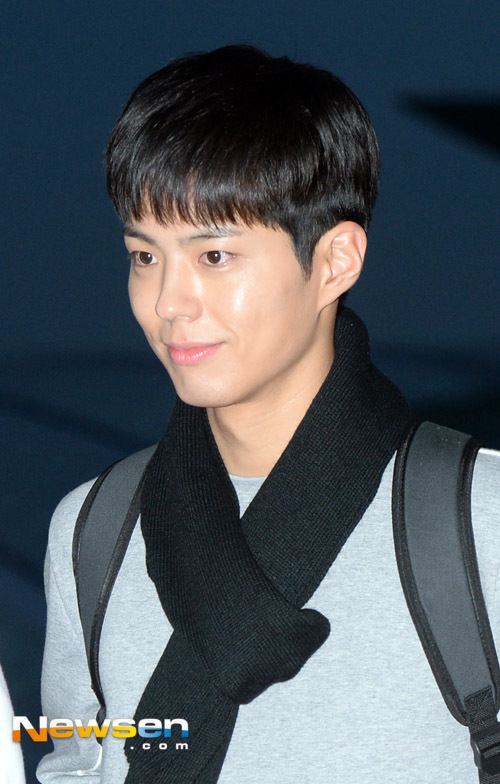 park-bo-gum-october-airport-fashion-04-drama-chronicles
