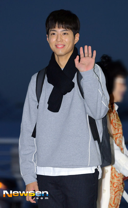 park-bo-gum-october-airport-fashion-06-drama-chronicles