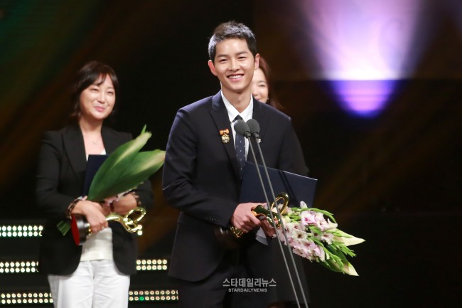 song-joong-ki-2016-korean-pop-culture-award-03-drama-chronicles