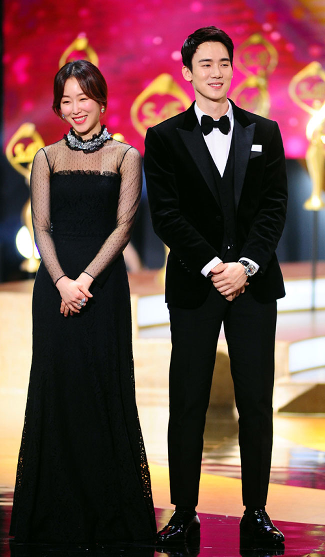 "Seo Hyun Jin and Yoo Yeon Seok of ""Doctor Romantic"" c/o Newsen"