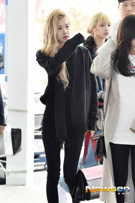 BlackPink-Rose-Airport-Fashion-02-Drama-Chronicles