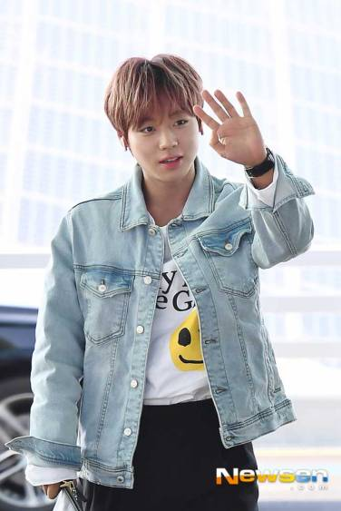 Wanna-One-Park-Ji-Hoon-March-Airport-Fashion-2019-Drama-Chronicles-04