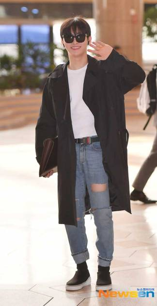 Wanna-One-Yoon-Ji-Sung-March-2019-Airport-Fashion-Drama-Chronicles-01